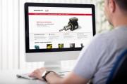 Hombre en ordenador visitamdo la nueva web de Motorlan